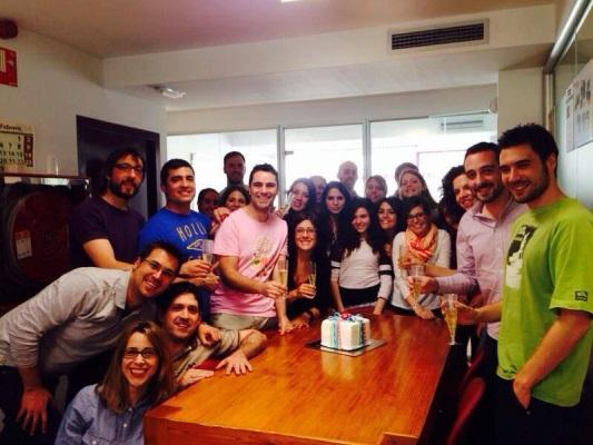 Compartiendo la tarta que nos regaló OMExpo por nuestro 10º aniversario con toda la ofi